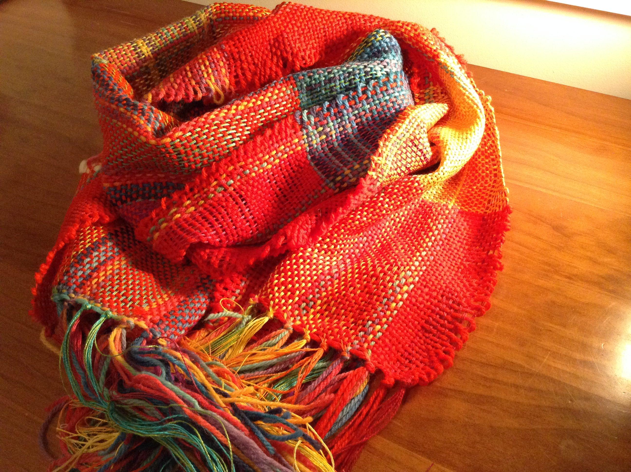 咲きおりで赤いスカーフを手織り
